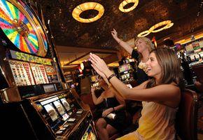 Галерея изображений казино Девушки играют в игровые автоматы в казино в Вегасе. Смотрите больше фотографий казино.